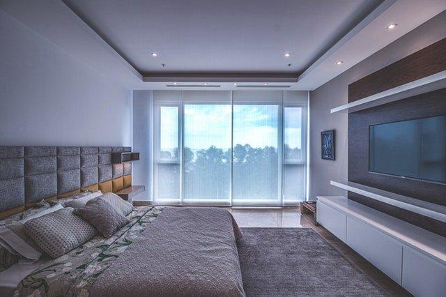 Spálňa s posuvnými sklenenými dverami na celú stenu
