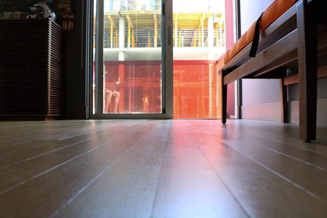 Spodná časť posuvných sklenených dverí v byte