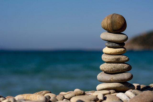 naukladané kamene na pláži