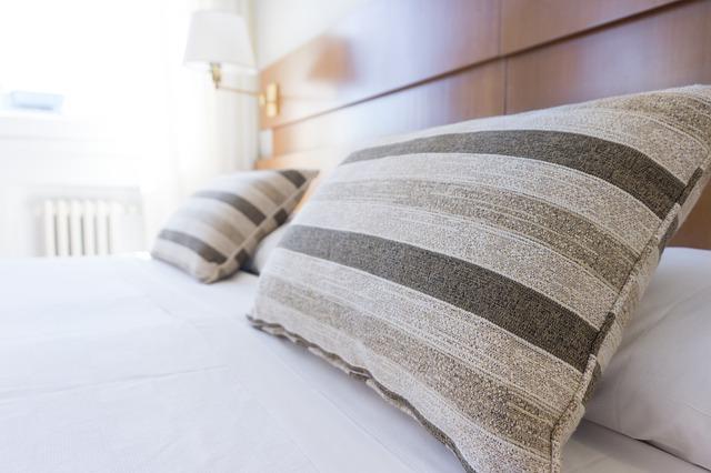 ozdobné vankúše na posteli