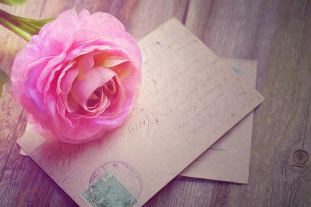 Pozvánky na svadbu položení na stole s veľkým kvetom