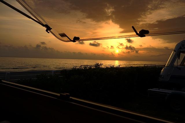 Kempovanie, výhľad na vodu, západ slnka.jpg